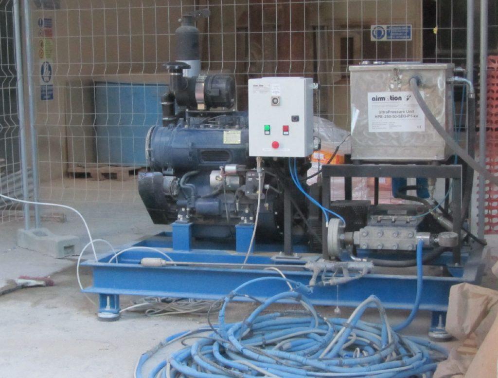 Unità alta pressione in contesto applicativo per preparazione superfici e idrodemolizione
